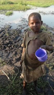 Ουγκάντα-2012.-Το-μέρος-από-όπου-πίνουν-νερό-τα-παιδιά-του-χωριού.