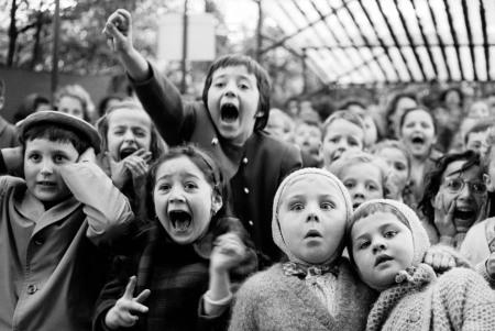 alfred-eisenstaedt-children-watching-a-puppet-theatre-paris-1963