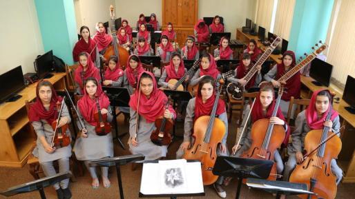 35-koritsia-apo-to-afganistan-tha-paiksoun-mousiki-sto-ntabos_1-w_l